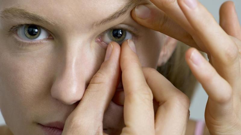 Как снять контактные линзы грамотно