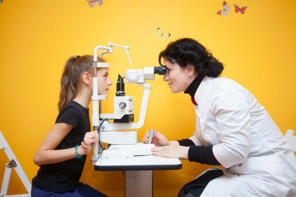 Контактные линзы при косоглазии. Можно ли носить оптику при патологии, какую назначают детям?